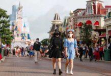 Disneyland París reabre, pero Mickey Mouse no dará abrazos